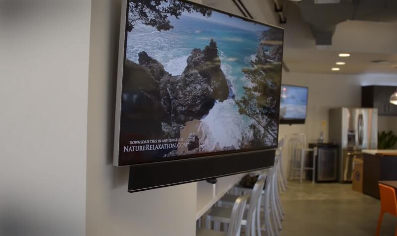 soundbar opgehangen onder televisie